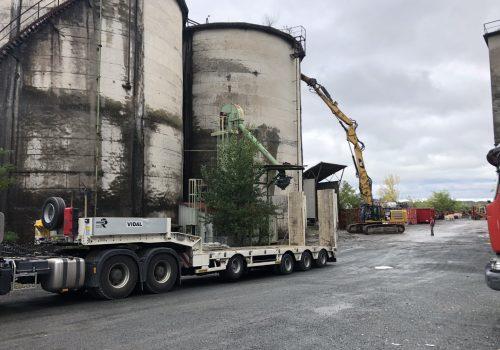 Pelle en démolition des silos